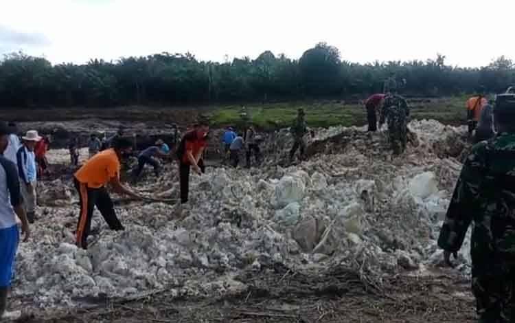 Gotong royong pembangunan embung dalam program TMMD ke-108 di Desa Bangun Jaya, Kecamatan Balai Riam, Sukamara.