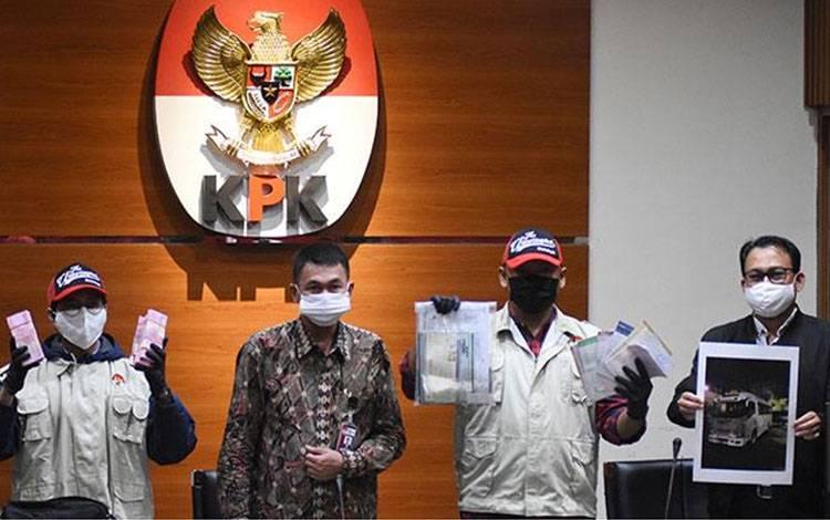 Wakil Ketua KPK Nawawi Pomolango (kedua kiri) didampingi Juru Bicara KPK Ali Fikri menunjukkan barang bukti pasca OTT Bupati Kutai Timur di Gedung KPK, Jakarta, Jumat, 3 Juli 2020. Barang bukti terdiri dari uang tunai Rp170 juta, buku tabungan dengan saldo Rp 4,8 miliar, dan sertifikat deposito Rp 1,2 miliar. ANTARA/Indrianto Eko Suwarso