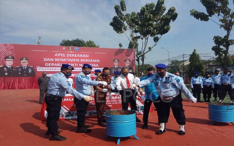 Direktorat Jenderal Pemasyarakatan memusnahkan 578 unit telepon genggam di Lapas Kelas 1 Tangerang, Jumat 3 Juli 2020. Foto: Ayu Cipta  Tempo