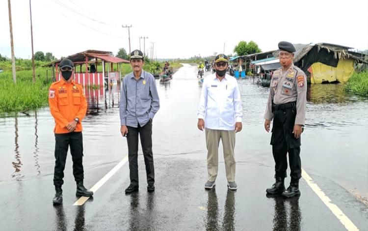 Wakil Ketua I dan II DPRD Kobar, Mulyadin dan Bambang Suherman saat meninjau lokasi banjir. Mereka berharap agar pemkab meningkatkan Jalan Beji sebagai jalan penghubung antar-kecamatan.