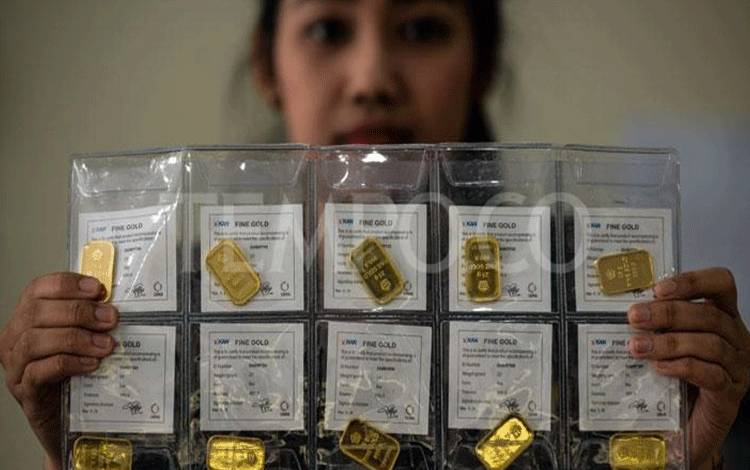 Petugas menunjukkan logam mulia ukuran 25 gram di Butik Emas, Jakatarta, 20 Maret 2018. Harga emas yang dijual oleh PT Aneka Tambang (Antam) hari ini naik sebesar Rp2.000 per gram. Tercatat harga emas Antam 1 gram dijual Rp650 ribu per gram. TEMPO/Tony Hartawan