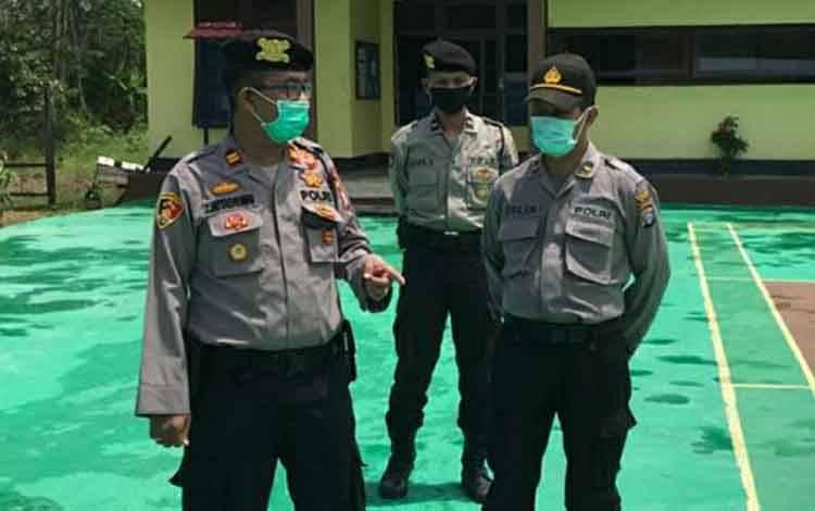 Kapolsek Pulau Petak Iptu Z Hutagalung didampingi anggotanya