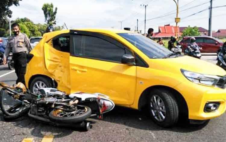 Kecelakaan lalu lintas terjadi antara kendaraan roda 2 dan 4 di Jalan Tjilik Riwut Km 5, dekat Stadion Tuah Pahoe Kota Palangka Raya, Sabtu 4 Juli 2020 pagi.