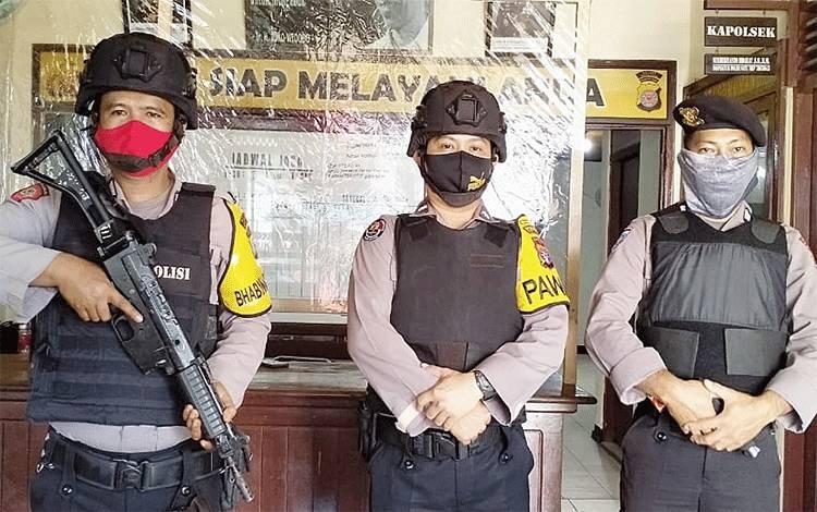 Petugas penjagaan di Mapolsek Dusun Tengah dilengkapi dengan body vest anti peluru dan persenjataan lengkap.