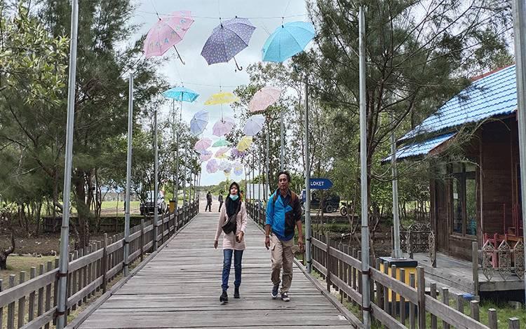 Masyarakat saat berkunjung di lokasi wisata Pantai Tanjung Nipah.
