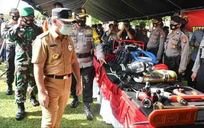 Gubernur Kalimantan Tengah, Sugianto Sabran mengecek sarana dan prasarana penanggulangan karhutla di Polda Kalteng, Sabtu, 4 Juli 2020.