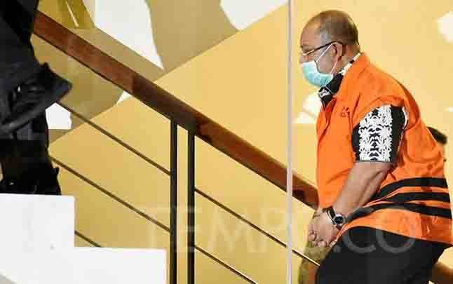 Bupati Kutai Timur, Ismunandar, resmi memakai rompi tahanan seusai terjaring OTT KPK, di gedung KPK, Jakarta, Jumat, 3 Juli 2020. (foto : tempo.co)