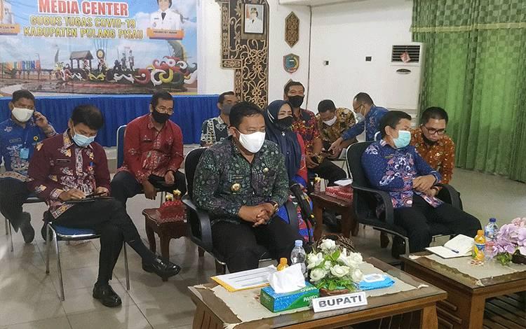Bupati Pulang Pisau Edy Pratowo saat mengikuti rapat Evaluasi Pemberantasan Korupsi Terintegrasi se Kalimantan Tengah belum lama ini.