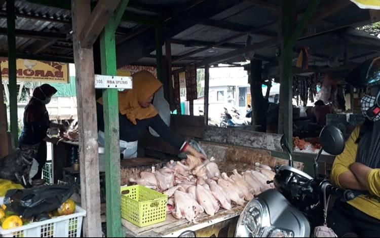 Penjual daging ayam ras di Pasar Korindo Kelurahan Mendawai. Harga daging ayam ras di Pangkalan Bun tak menentu.