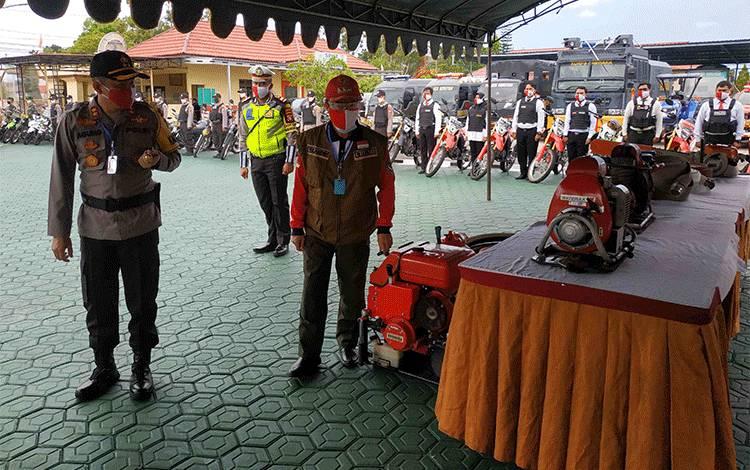 Bupati Seruyan Yulhaidir bersama Kapolres Seruyan AKBP Agung Tri Widiantoro saat mengecek kesiapan peralatan untuk antisipasi karhutla di Seruyan.