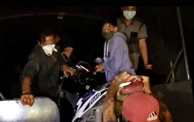 Para pemain judi dadu gurak beserta barang bukti sepeda motor saat dinaikan ke mobil truk Samapta Polda Kalteng, Minggu, 5 Juli 2020.