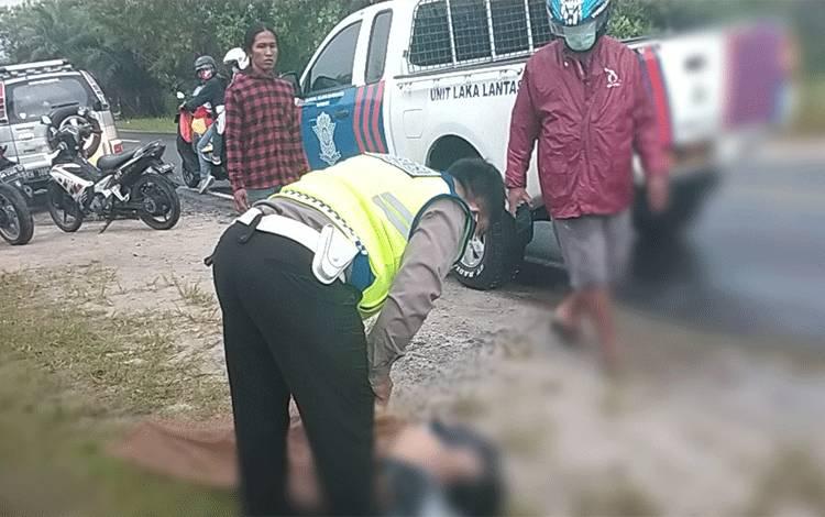 Anggota Satlantas Polresta Palangka Raya saat mengevakuasi korban tewas kecelakaan di ruas Jalan Tjilik Riwut Km 14 Kota setempat, Minggu, 5 Juli 2020.