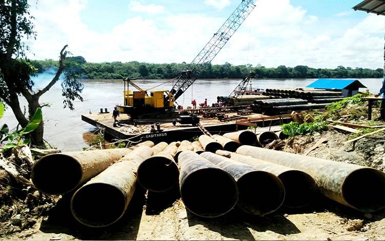 Proses pekerjaan pemasangan tiang pancang jembatan Sikan - Tumpung Laung.