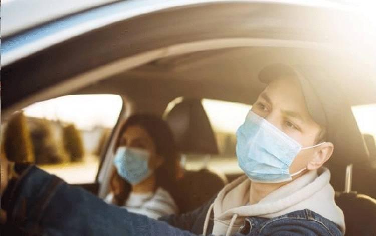 Ilustrasi mengenakan masker di dalam mobil pribadi. Shutterstock