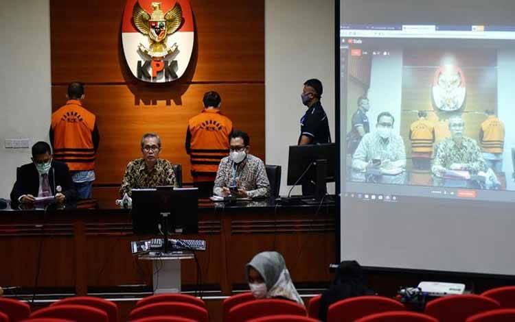 Wakil Ketua KPK Alexander Marwata (keempat kiri) didampingi Deputi Penindakan Brigjen Pol Karyoto (kedua kiri) dan Jubir KPK Ali Fikri (kanan) menghadirkan kedua tersangka baru hasil pengembangan kasus dugaan suap proyek-proyek di Dinas PUPR Kabupaten Muara Enim Aries HB (kedua kanan) dan Ramlan Suryadi (ketiga kiri) dalam konferensi pers di gedung KPK, Jakarta, Senin, 27 April 2020. Ini merupakan kali pertama KPK menampilkan tersangka dalam konferensi persnya. TEMPO/Imam Sukamto