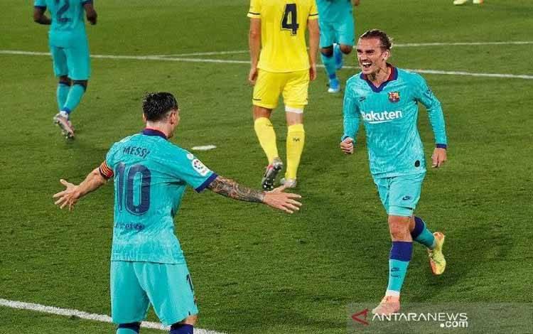 Penyerang Barcelona Antoine Griezmann (kanan) melakukan selebrasi bersama Lionel Messi setelah mencetak gol ke gawang Villarreal dalam laga lanjutan Liga Spanyol tanpa penonton di tengah pandemi COVID-19 di Stadion de la Ceramica, Villarreal, Spanyol, Minggu (5/7/2020) waktu setempat. (ANTARA/REUTERS/Albert Gea)