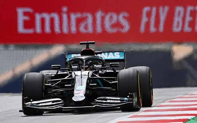Pembalap Formula 1 dari tim Mercedes, Lewis Hamilton melakukan uji coba jelang berlangsungnya Grand Prix Formula 1 Austria di Red Bull Ring, Spielberg, Styria, Austria, 3 Jui 2020. Joe Klamar/Pool via REUTERS