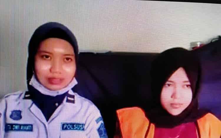 Susan (kanan) dan petugas Lapas Sampit dalam perkara terdakwa kasus sabu, Saipul Rahman alias Ipul.