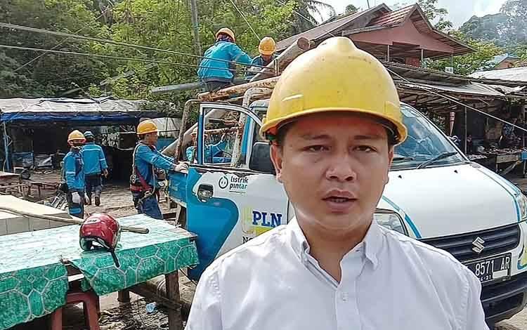 Manajer unit layanan pelanggan PLN Tamiang Layang, Arief Faturrahman saat perbaikan jaringan