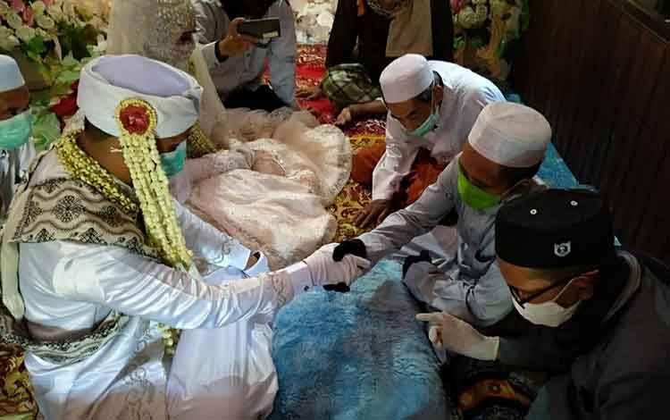 Kepala KUA Pulau Petak H Sahmin saat memberikan pelayanan nikah di kecamatan setempat, baru-baru ini.