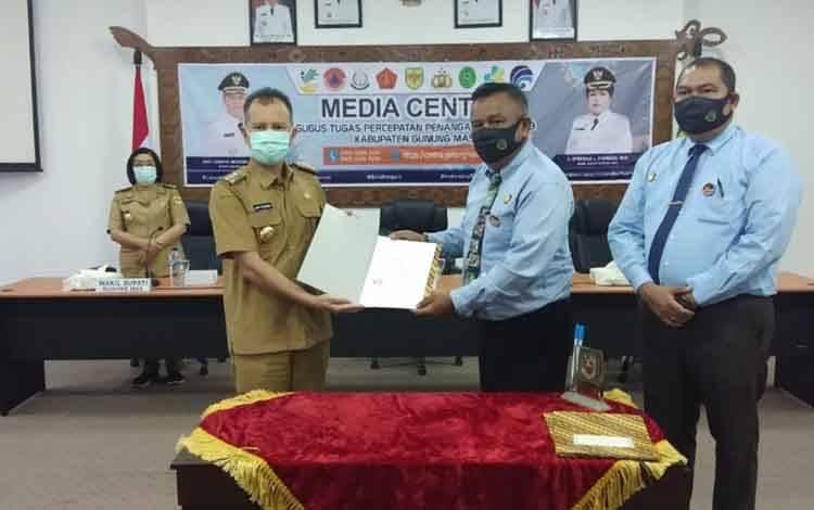 Bupati Gunung Mas, Jaya S Monong dan kepala Kejari Antony ketika memperlihatkan MoUtentang Penanganan Masalah Hukum dalam bidang Perdata dan Tata Usaha Negara.