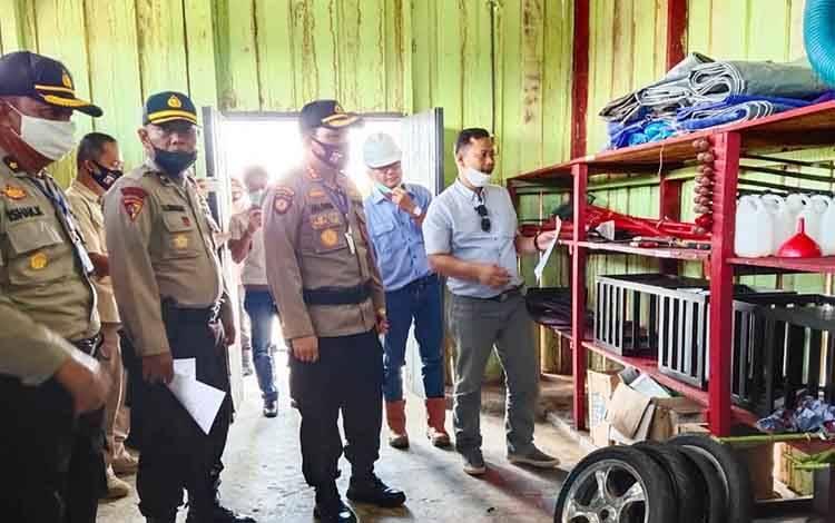 Kapolresta Palangka Raya Kombes Dwi Tunggal Jaladri bersama rombongan saat mengecek peralatan Karhutla di gudang PT PAMA diwilayah Kecamatan Rakumpit, Senin 6 Juli 2020.