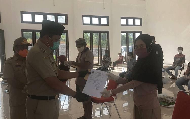 Bupati Lamandau Hendra Lesmana melepas warga yang selama ini menjalani karantina di Mess Desa, bertempat di Aula Mess Desa Kabupaten Lamandau, Senin 6 Juli 2020.