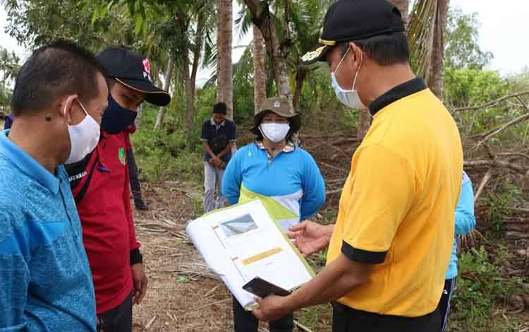 Bupati Sukamara, Windu Subagio saat melakukan pemantauan lokasi yang akan dijadikan tempat pembudidayaan udang.