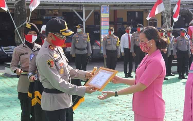 Kapolres Kobar AKBP E Dharma B Ginting memberikan penghargaan kepada Lima Bhayangkari atas dedikasinya membantu penanganan covid-19.