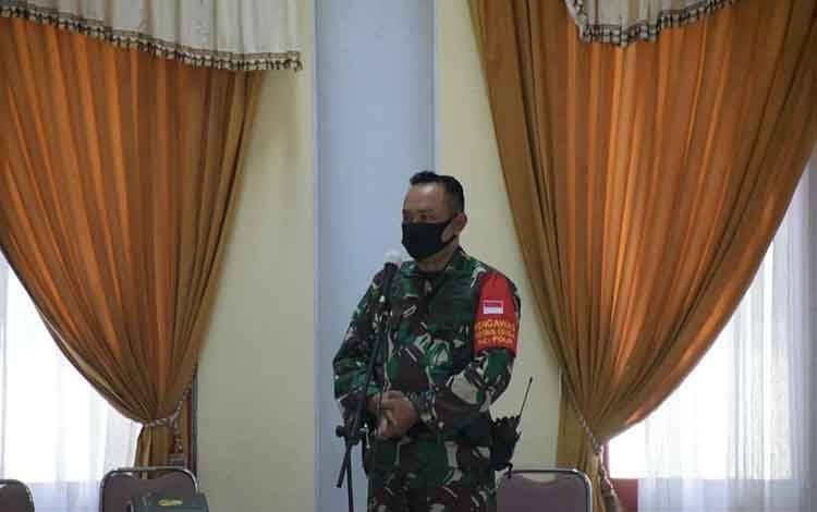Danramil 1016-01 Pahandut Mayor Inf Heru Widodo menyampaikan masukan saat rapat persiapan penetapan siaga Karhutla.