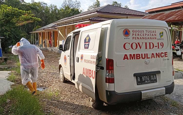 Ambulans gugus tugas, usai menjemput pasien positif Covid-19 dari kediamannya.