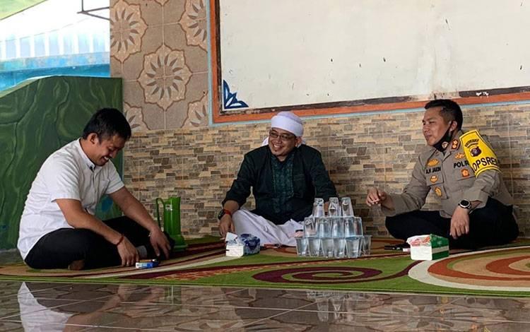 Kapolres Kotim AKBP Abdoel Harris Jakin saat berkunjung ke rumah Ustadz Iwan Arsyad.