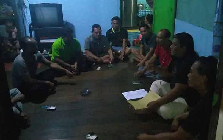 Kasatreskrim Polres Katingan Iptu Adhi Heriyanto beserta anggotanya saat menjemput para tersangka dugaan pencabulan.