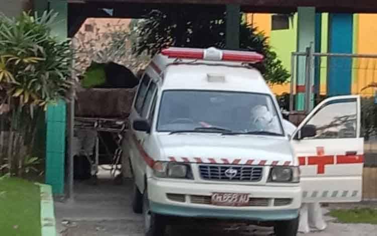 Petugas medis saat memasukan jenazah pasien covid-19 yang meninggal beberapa waktu lalu.