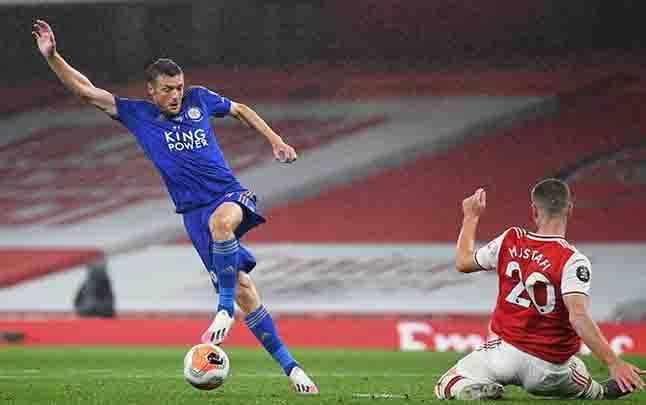 Pemain Leicester City Jamie Vardy gagal menjebol gawang Arsenal saat bertanding dalam Liga Premier Inggris di Emirates Stadium, di London, Inggris, 7 Juli 2020. (foto : Reuters via teras.id)