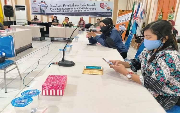 Para jurnalis mengikuti sosialisasi pemutakhiran pemilih di Kantor KPU Kalteng, Kamis 9 Juli 2020