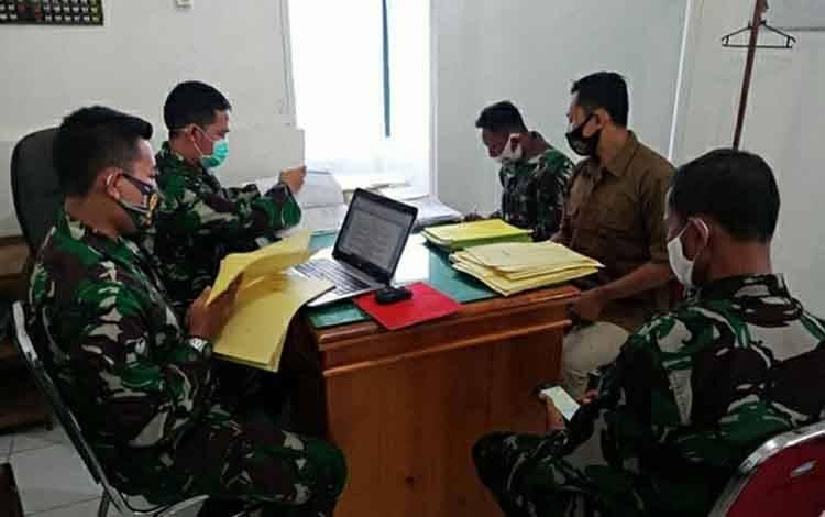 Personel Kodim 1011 Klk saat menyajikan data untuk Tim Wasgiat Sintelad, bertempat di Mako Kodim setempat.