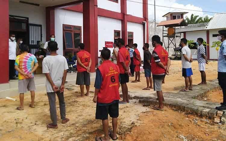Proses pemindahan tahanan ke Lapas Kelas III Sukamara.