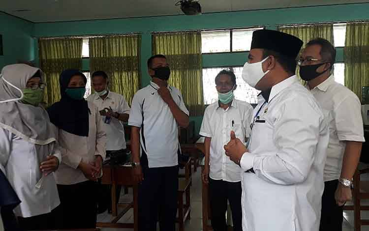 Wakil Bupati Kobar Ahmadi Riansyah saat sidak ke sekolah. Meminta agar pengadaan batik khas kobar jangan dibebankan ke wali murid.