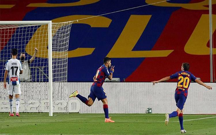 Penyerang Barcelona Luis Suarez, melakukan selebrasi setelah mencetak gol ke gawang Espanyol dalam pertandingan Liga Spanyol di Camp Nou, Barcelona, 9 Juli 2020. Gol tunggal Suarez membawa timnya meraih tiga angka sekaligus menempel Real Madrid di puncak klasemen. REUTERS/Albert Gea