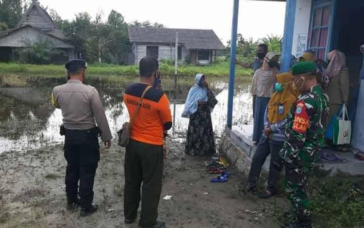 Tim patroli terpadu melakukan patroli pencegahan karhutla di tengah pandemi covid-19 di wilayah Kecamatan Kotawaringin Lama.