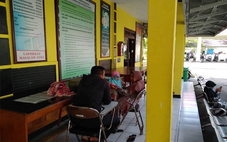 Masyarakat saat menunggu antrian pelayanan di Disdukcapil Seruyan