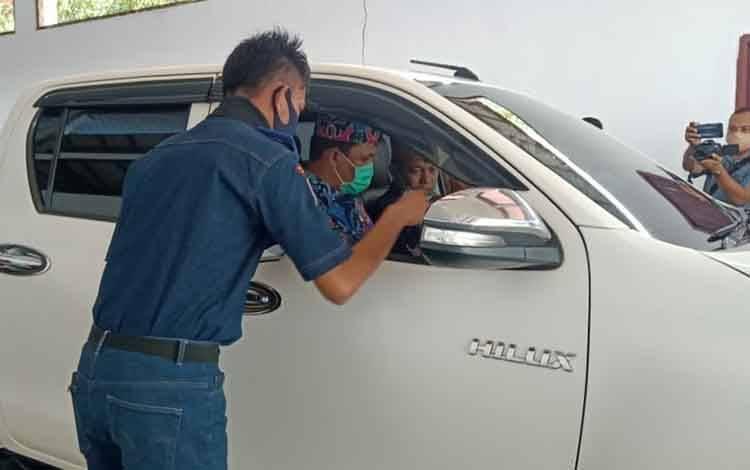 Bupati saat mengemudikan mobil saat peresmian program BLUe di Kantor Dinas Perhubungan Lamandau, Kamis 9 Juli 2020