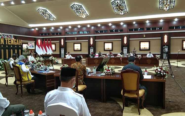 Presiden Jokowi bersama Gubernur Kalteng saat rapat terbatas terkait penanganan Covid-19
