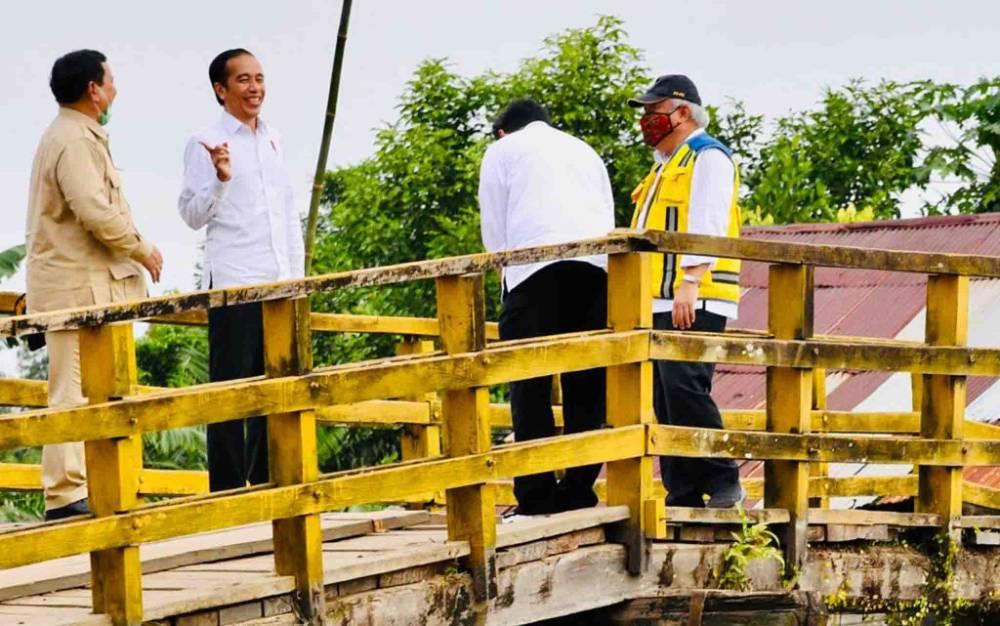 Presiden RI Joko Widodo atau Jokowi meninjau jaringan reklamasi rawa di Pulang Pisau, Kamis, 9 Juli 2020.