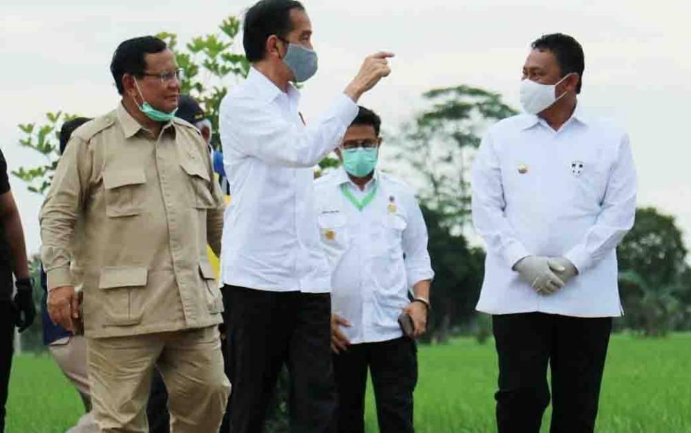 Presiden Jokowi dalam kunjungan kerjanya tampak berbincang dengan Bupati Pulang Pisau, Edy Pratowo, Kamis, 9 Juli 2020.