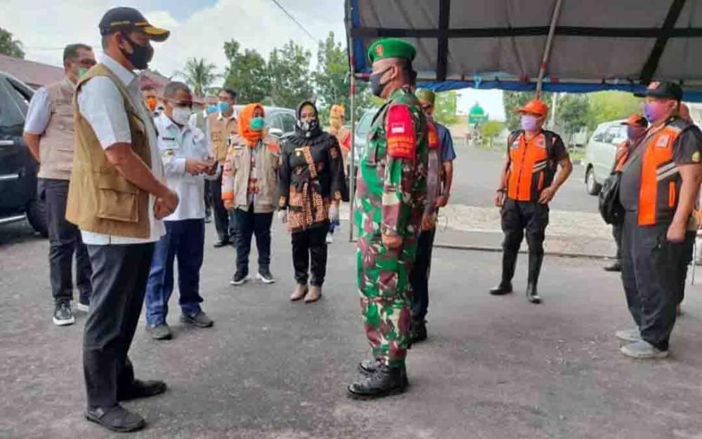 Danramil Pahandut saat menyambut kedatangan Kepala BNPB, Letjen TNI Doni Monardo, Kamis, 9 Juli 2020.