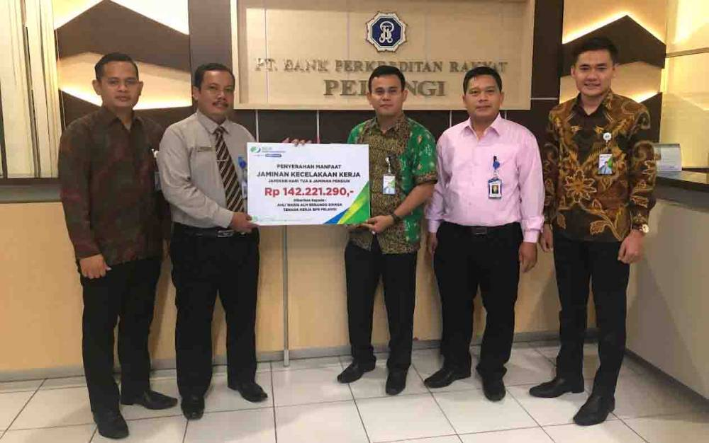 BPJS Ketenagakerjaan Pangkalan Bun menyerahkan santunan Jaminan Kecelakaan Kerja kepada ahli waris almarhum Ernando Sinaga di Kantor Bank Perkreditan Rakyat (BPR) Pelangi Pangkalan Bun.