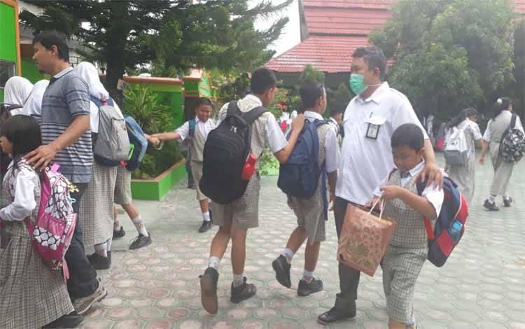 Murid SD saat pulang sekolah. Kabid Pembinaan SD Disdik Kobar meminta pungutan uang seragam dikembalikan