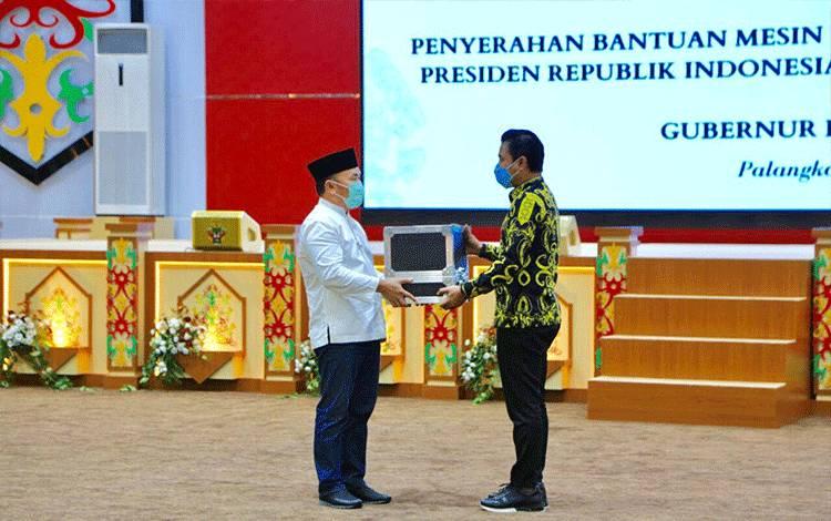 Gubernur Kalteng Sugianto Sabran saat menyerahkan bantuan alat PCR dari Presiden Joko Widodo, kepada Bupati Kotim Supian Hadi.